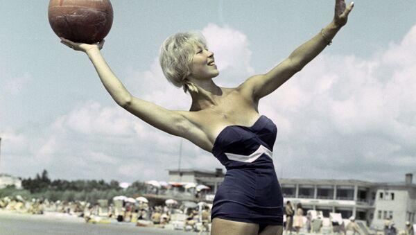 Девушка на пляже в курортном городе Пярну, Эстонская ССР, 1961 год - Sputnik Беларусь