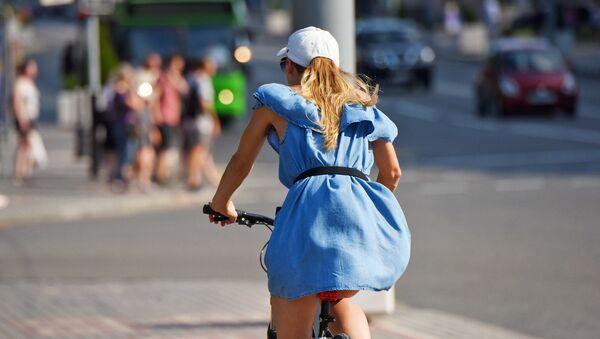 Жара, девушка, велосипед - Sputnik Беларусь