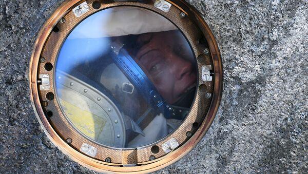 Астранаўт НАСА Эн Маклейн (ЗША) пасля пасадкі апусканае апарата транспартнага пілатуемага карабля (ТПК) Саюз МС-11 з міжнародным экіпажам працяглых экспедыцый МКС-58/59 недалёка ад горада Жезказган у Казахстане - Sputnik Беларусь