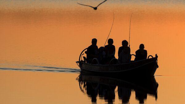 Местные рыбаки ловят рыбу на озере Лушяй недалеко от литовского города Игналина - Sputnik Беларусь