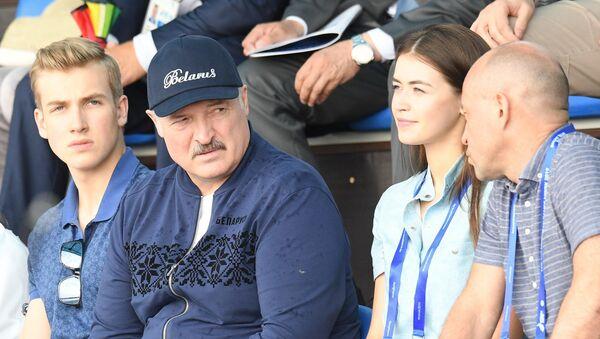Аляксандр Лукашэнка з сынам Мікалаем на Вяслярным канале - Sputnik Беларусь