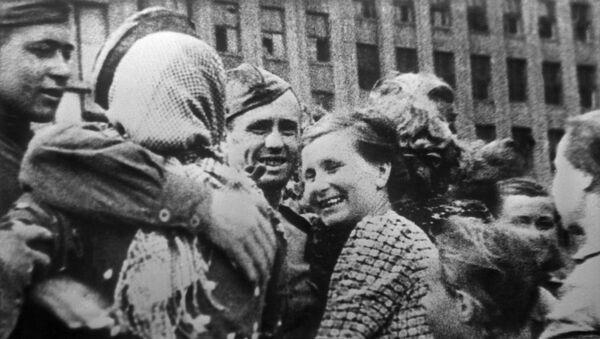 Жыхары Мінска сустракаюць савецкіх воінаў (Мінская наступальная аперацыя 29 чэрвеня - 4 ліпеня 1944 году) - Sputnik Беларусь