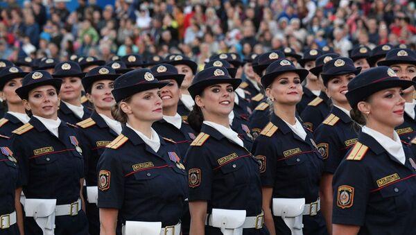 Девушки, которые служат в милиции, впервые приняли участие в параде на День Независимости - Sputnik Беларусь
