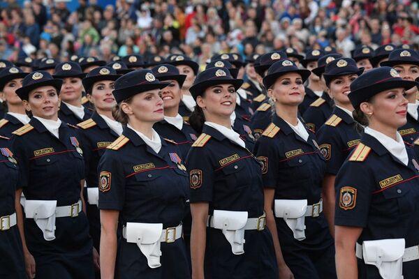 Дзяўчыны, якія служаць у міліцыі, упершыню прынялі ўдзел у парадзе на Дзень Незалежнасці. - Sputnik Беларусь