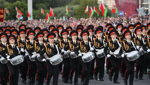 Пеший парад открыли курсанты Суворовского училища - Sputnik Беларусь