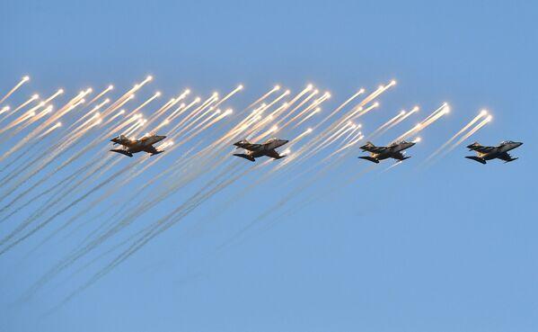 Затым гледачы ўбачылі паветраны парад. У небе сталіцы праляцелі самалёт Ан-26 у суправаджэнні пары вучэбна-баявых самалётаў Як-130, знішчальнікі МіГ-29, звяно вучэбна-баявых самалётаў Як-130. - Sputnik Беларусь