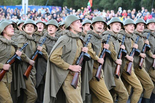 Традыцыйна, адна каробка на парадзе - у ваеннай форме часоў Вялікай Айчыннай вайны. - Sputnik Беларусь