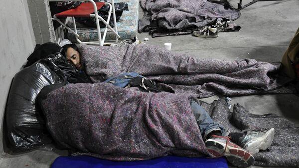 Бездомные укрылись от холода на стадионе в Буэнос-Айресе - Sputnik Беларусь
