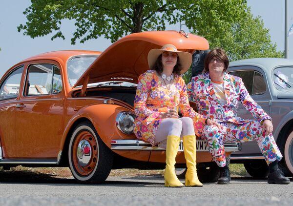 Винтажный Volkswagen на 36-й встрече May Beetle Meeting в Ганновере. Жук всегда прекрасно вписывался в стиль детей цветов. По эпохе хиппи теперь только ностальгируют. - Sputnik Беларусь