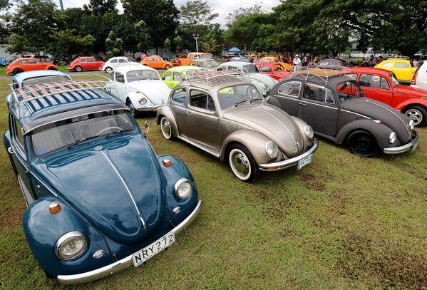 Старинные автомобили Volkswagen Beetle в Маниле во время Дня Volkswagen на Филиппинах. Клубы по всей стране собираются каждый декабрь вместе с друзьями, семьей, продают запчасти и памятные вещи.  - Sputnik Беларусь