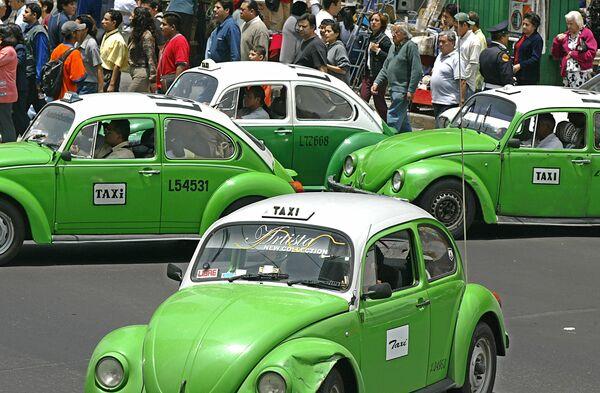 Жук, на мексиканский манер его называли El Vocho, много десятков лет трудился в службе такси. - Sputnik Беларусь