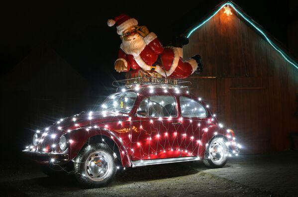 Volkswagen Beetle Жук в праздничном рождественском убранстве в Эртингене, южная Германия.  - Sputnik Беларусь
