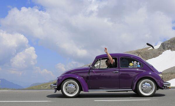 Автолюбители едут на старинном Volkswagen Beetle во время автопробега по высокогорной альпийской дороге в Австрии. - Sputnik Беларусь