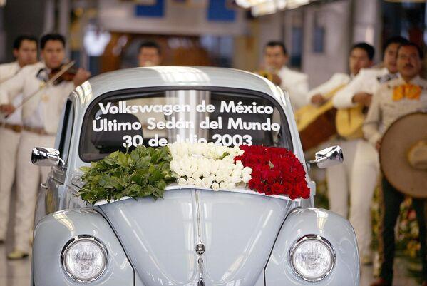 Жители мексиканского Пуэбло уже прощались с Жуком в 2003 году, когда было прекращено производство самого известного автомобиля после продажи более 21 миллионов экземпляров с момента его запуска в 1939 году.  - Sputnik Беларусь