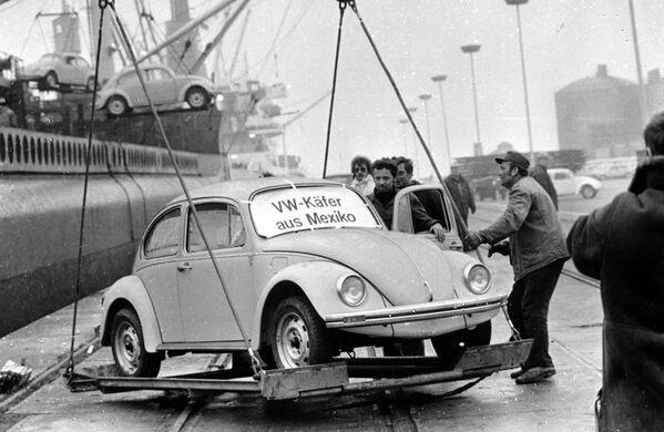 Volkswagen Kaefer прибыл из Мексики 18 декабря 1977 года в порт Эмден. Это первая партия из 1600 жуков, собранная в Мексике. Классический вариант Beetle закончат производить лишь в 2003-м. - Sputnik Беларусь