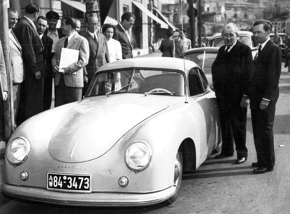 Разработал Volkswagen Beetle австрийско-немецкий предприниматель и автомобильный дизайнер Фердинанд Порше. На фото он со своим сыном, который также принимал участие в работе над Жуком. Автомобиль стал основой для создания спортивного автомобиля Porsche 356 (на фото). - Sputnik Беларусь