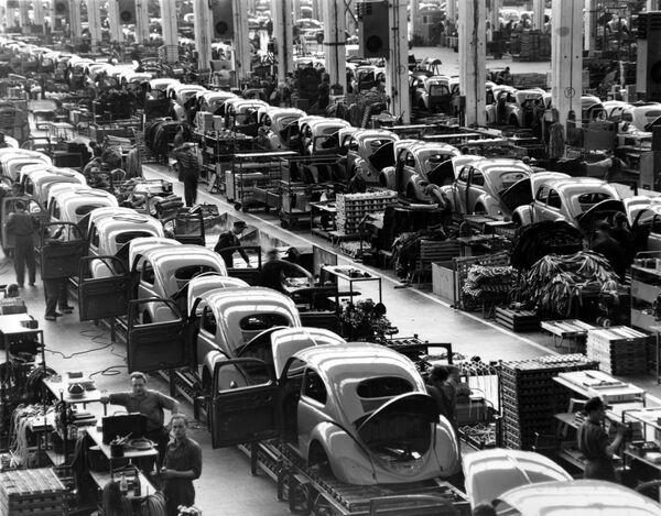 Сборочные линии на автозаводе Volkswagen в Вольфсбурге, Западная Германия, который производил около 900 автомобилей каждый день, 16 июня 1954 года. - Sputnik Беларусь
