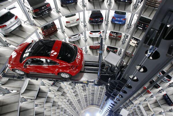 Volkswagen New Beetle в башне доставки в Вольфсбурге, Германия. Продажи в 2012 году достигли рекордно высокого уровня – тогда свет увидело новое поколение Жука. А разрабатывался New Beetle под руководством внука Фердинанда Порше. - Sputnik Беларусь
