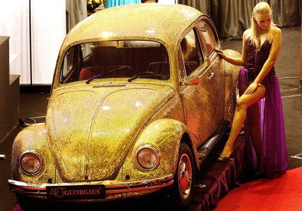 Volkswagen Beetle 1968 года, покрытым плитками 18-каратного золота и стекла, на ежегодной выставке Luxury Show в Бухаресте, Румыния. Автомобиль на ходу и продавался в 2007-м за 60 000 евро. - Sputnik Беларусь