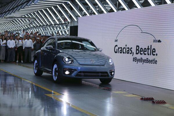 Последний Volkswagen Beetle выкатился с конвейера на заводе в Пуэбло, Мексика, 10 июля 2019 года. Окрашенный в синий корпоративный цвет, последний Жук отправится в музей. - Sputnik Беларусь