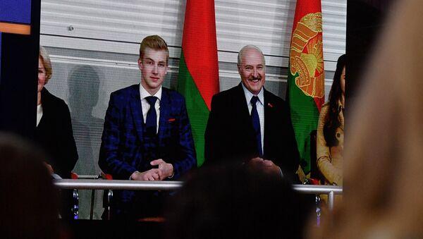 Лукашенко и его младший сын Николай смотрели концерт из ложи, к которой то и дело обращались взгляды зрителей - Sputnik Беларусь