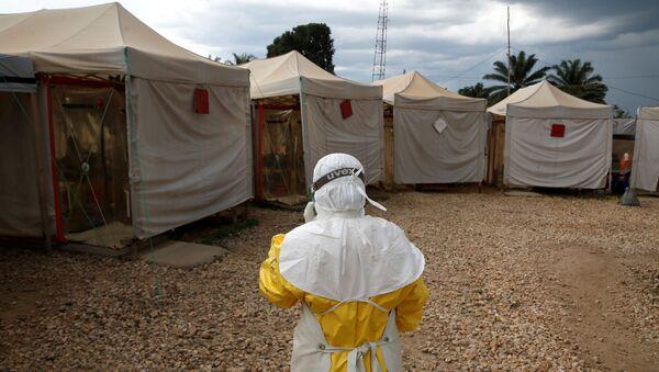 Медицинский работник в Конго в защищающей от вируса Эбола форме - Sputnik Беларусь