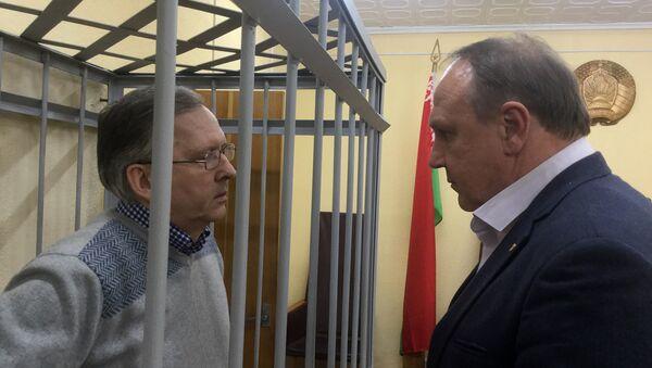 Главный инженер МЗКТ Андрей Головач со своим адвокатом Алексеем Шваковым перед началом судебного заседания - Sputnik Беларусь