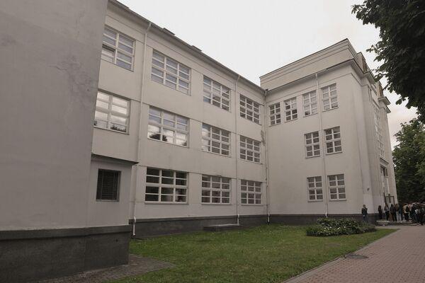 Отсутствие центральной симметрии, павильонный принцип, большие окна — основные признаки стиля отображены в этом здании. - Sputnik Беларусь