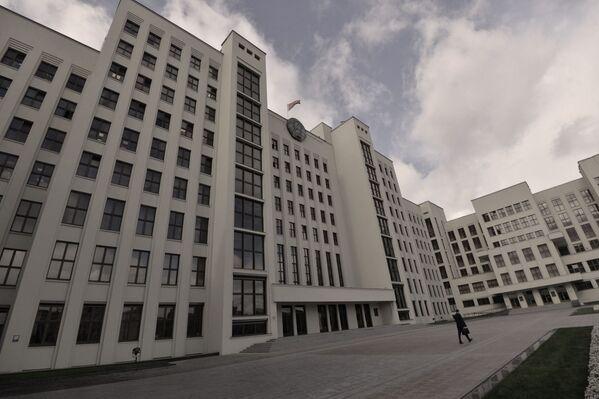 Построенное в 1934-м, это здание пережило войну, оккупацию и распад СССР. Сегодня здесь размещены Палата представителей, Совет министров и Центризбирком, а также президентская библиотека. - Sputnik Беларусь
