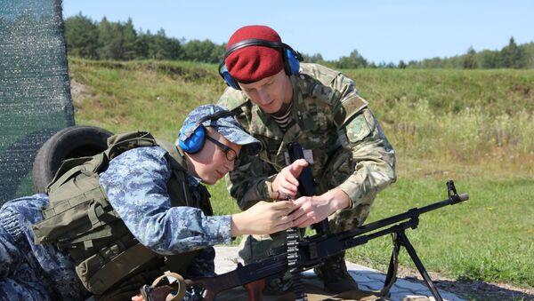 Ребята учатся класть мишени - стреляют холостыми, но грохот стоит - как от настоящих, поэтому все в наушниках - Sputnik Беларусь