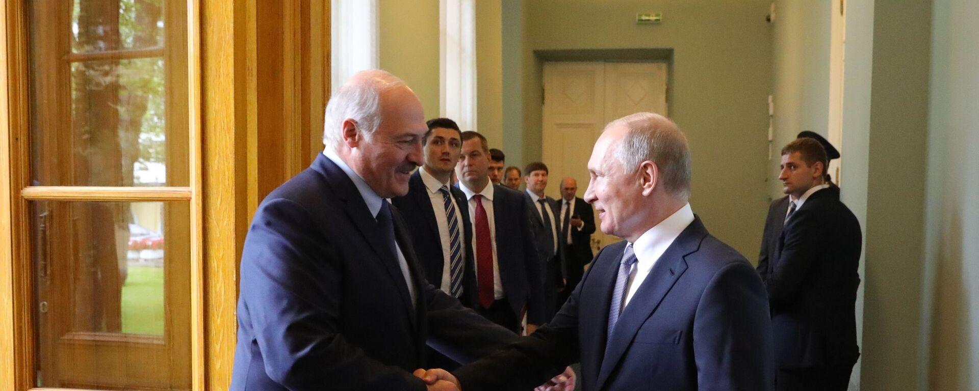 Президент РФ Владимир Путин и президент Беларуси Александр Лукашенко (слева) - Sputnik Беларусь, 1920, 22.04.2021