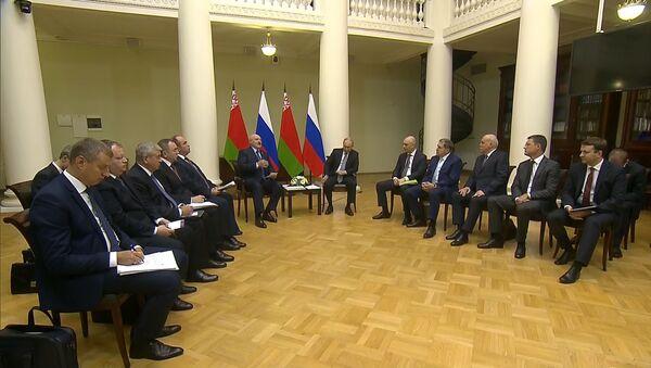 Лукашэнка і Пуцін правялі сустрэчу ў Санкт-Пецярбургу - відэа - Sputnik Беларусь