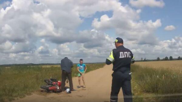 Пьяный мотоциклист с двумя детьми убегал от погони - Sputnik Беларусь
