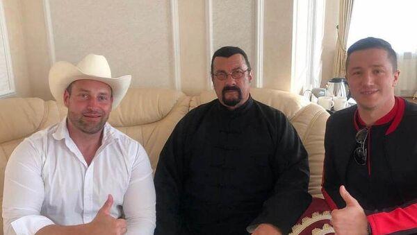 Стивен Сигал прилетел в Беларусь - Sputnik Беларусь