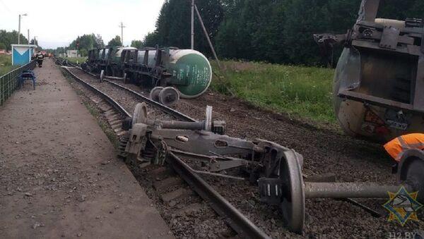 МЧС устраняет утечку газа в одной из цистерн, сошедших с рельсов - Sputnik Беларусь