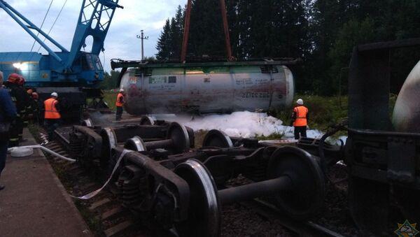 Сотрудники МЧС и других служб всю ночь проводили работы по ликвидации утечек газа из железнодорожных цистерн, сошедших с рельсов - Sputnik Беларусь