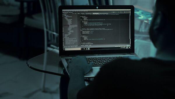 Мужчина за ноутбуком - Sputnik Беларусь