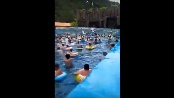 Цунами произошло в бассейне аквапарка в Китае  - Sputnik Беларусь