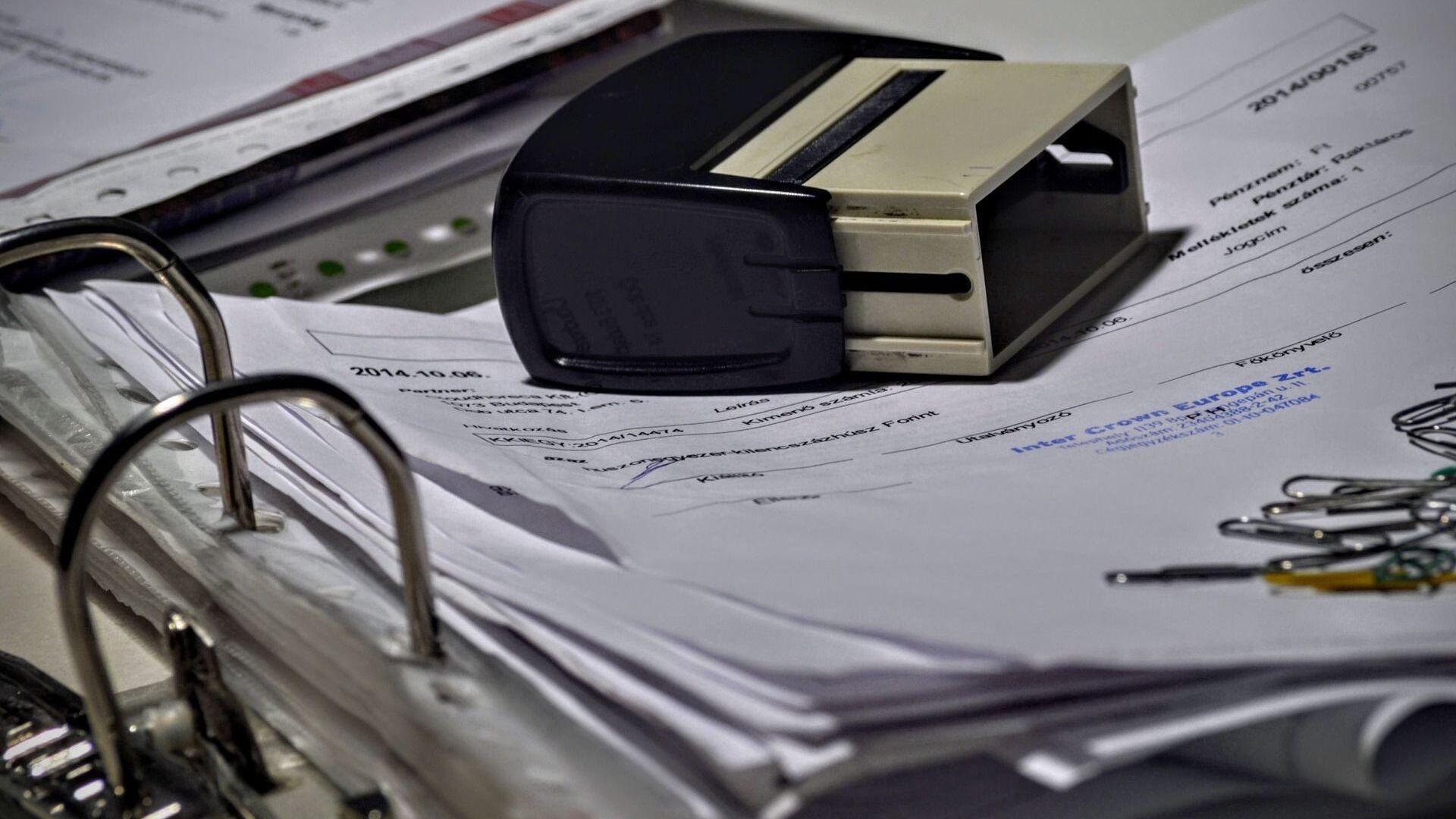 Каждая бумага, которой забиты папки в бухгалтерии, бухгалтером составлена и трижды проверена - Sputnik Беларусь, 1920, 07.10.2021