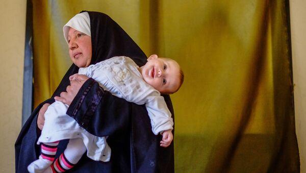 Жанчына з дзіцем - уцекачы з Сірыі - у адным з дамоў у горадзе Хальбах на поўначы Лівана. 14.04.2013 - Sputnik Беларусь