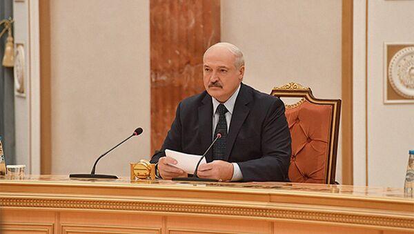 Президент Беларуси Александр Лукашенко во время переговоров - Sputnik Беларусь