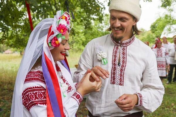 Нарэшце адбывалася сама цырымонія шлюбу, але з яе ўсё толькі пачыналася. - Sputnik Беларусь