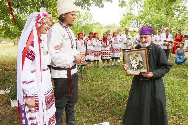 Пасля таго, як шлюб быў аб'яўлены,госці віншавалі маладых і яшчэ раз дабраслаўлялі.  - Sputnik Беларусь
