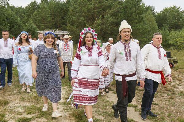 Потым маладыя працягвалі свой шлях да вясельнага стала.  - Sputnik Беларусь