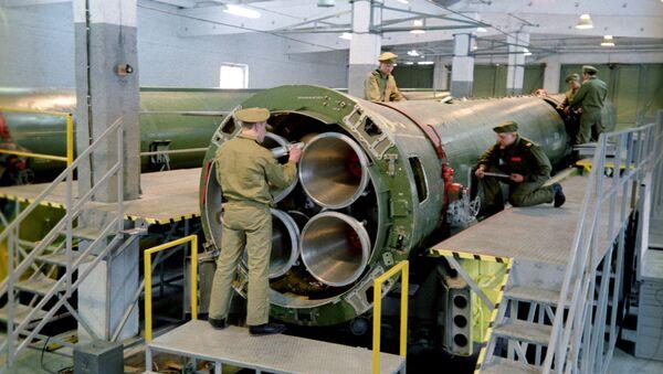 Ликвидация ракетных средств Р-12 согласно Договору о ликвидации ракет средней и меньшей дальности между СССР и США  - Sputnik Беларусь
