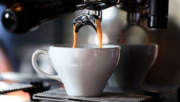Кофе льется в чашку - Sputnik Беларусь
