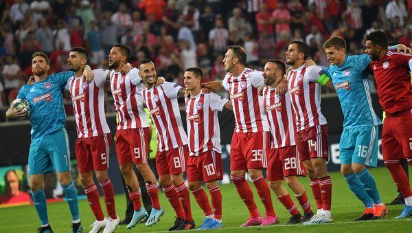 Игроки ФК Олимпиакос радуются победе в матче раунда плей-офф Лиги чемпионов УЕФА - Sputnik Беларусь