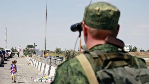 Пограничник на пункте пропуска Джанкой на границе России и Украины. - Sputnik Беларусь