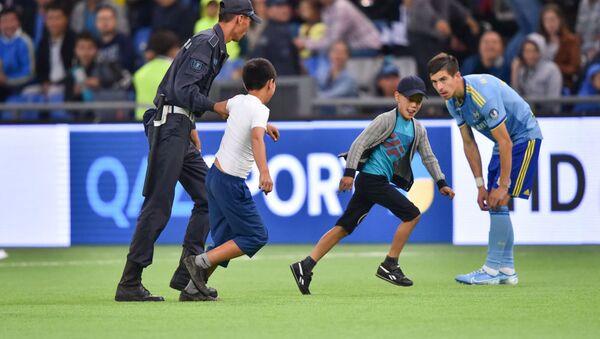 Два мальчика выбежали на поле во время матча Астана - БАТЭ - Sputnik Беларусь