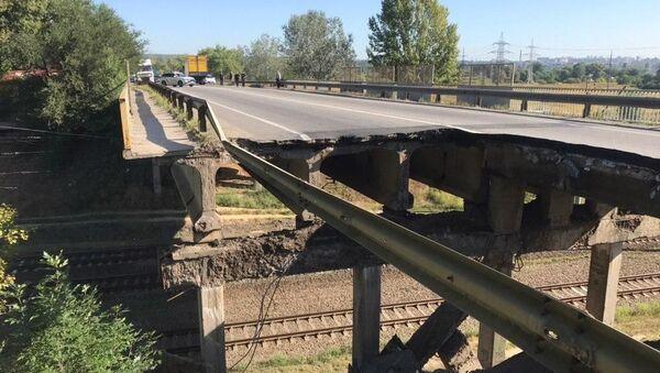 Автомобильный мост рухнул в Харькове - Sputnik Беларусь